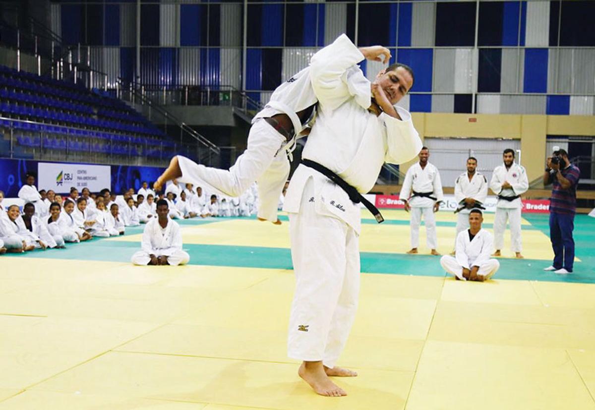 Medalhista na Rio-2016, Baby da pontapé inicial em projeto social no CPJ