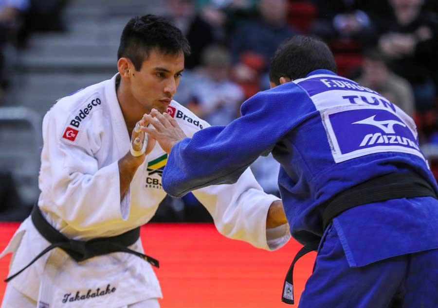 Eric Takabatake derrota tunisiano e conquista bronze no primeiro dia de Grand Slam de Dusseldorf