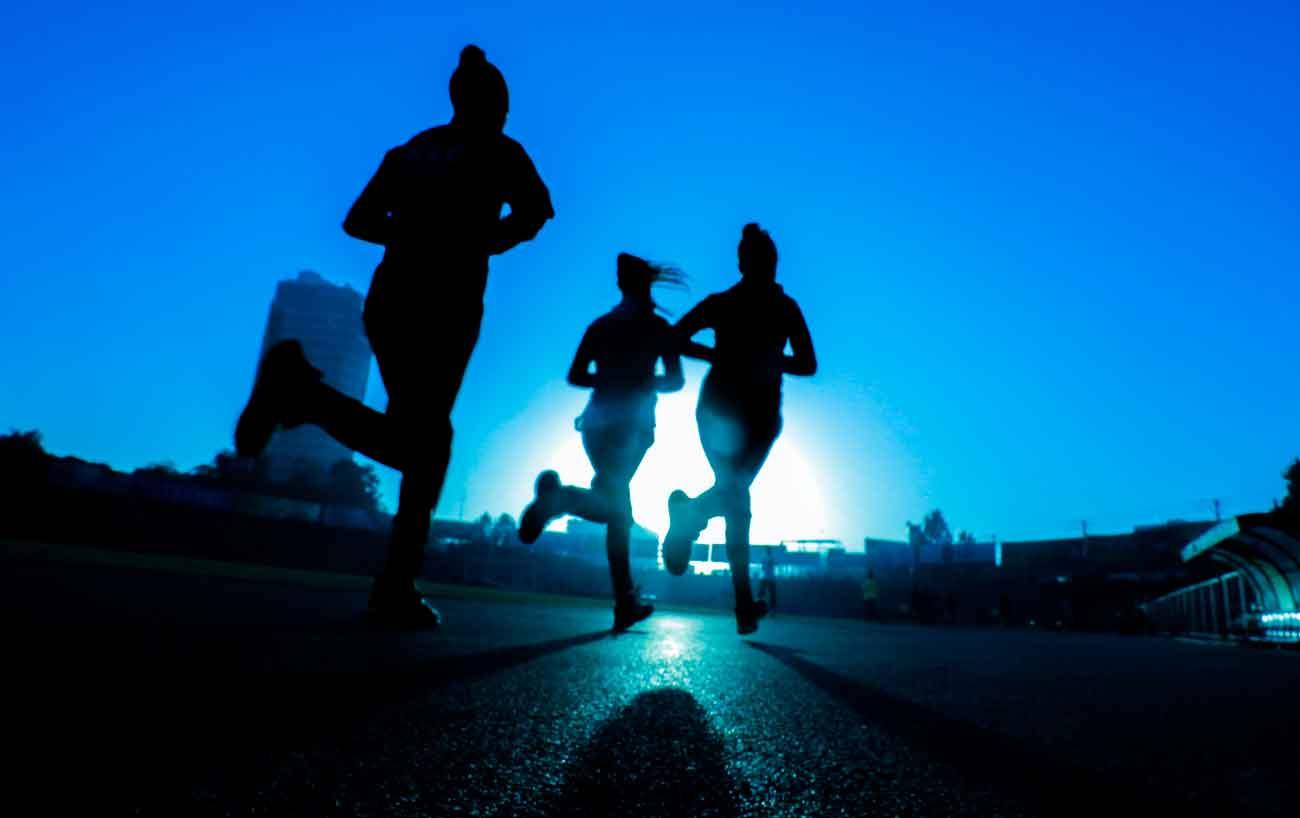 Pessoas fisicamente ativas respondem melhor à vacina contra COVID-19, indica estudo