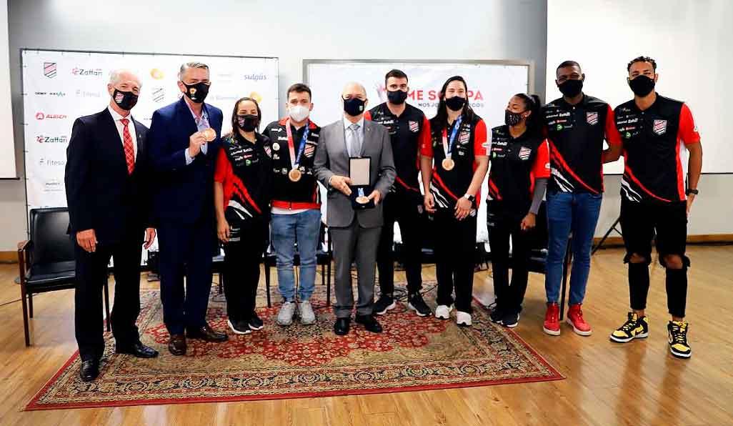 Presidente do Comitê Olímpico do Brasil recebe homenagens de clubes de Porto Alegre