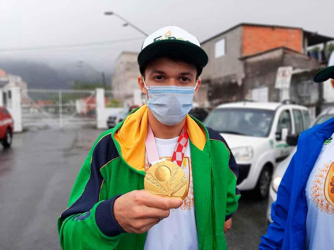 Nathan Torquato, primeiro campeão paralímpico de taekwondo chega a Santos e é recebido com festa
