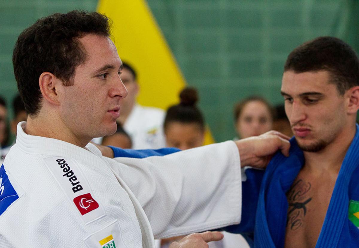 Seleção brasileira escolar se apresenta para treinamento de campo no Rio de Janeiro